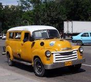 Klassisches gelbes und weißes kubanisches Taxi Stockfotos