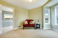 Klassisches grünes und elegantes neues Schlafzimmer mit Bank Lizenzfreies Stockfoto