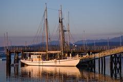 Klassisches großes hölzernes Schoonersegelboot Lizenzfreie Stockfotos