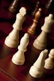 Klassisches hölzernes Schachbrett mit Schachfiguren Lizenzfreies Stockfoto