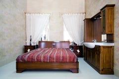 Klassisches hölzernes Schlafzimmer im Ausstellungsraum Lizenzfreie Stockfotografie