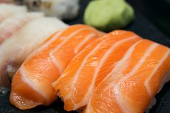 Klassisches Lachssushi nigiri Japanisches Lebensmittel, Nahaufnahme Stockfoto