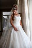 Klassisches langes weißes Hochzeitskleid Stockfotos