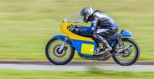 Klassisches laufendes Motorrad Stockfotografie