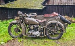 Klassisches Militärmotorrad an Fahrzeuge stellen dar lizenzfreies stockbild