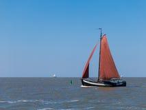 Klassisches niederländisches Segelboot Stockbild