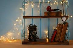 Klassisches Regal mit männlichen Gegenständen der Weinlese, dekorative alte Kamera Lizenzfreie Stockfotos