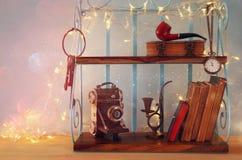 Klassisches Regal mit männlichen Gegenständen der Weinlese, dekorative alte Kamera Stockfoto