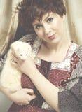 Klassisches Retrostilmodeporträt jungen Pin-up-Girl holdin stockfoto