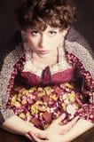 Klassisches Retrostilmodeporträt des jungen Pin-up-Girl mit den trockenen Rosenblumenblättern Amerikanische Art Lizenzfreie Stockfotos