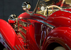 Klassisches rotes Auto-Seiten-Detail Stockbild