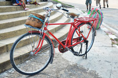 Klassisches rotes Fahrrad lizenzfreies stockfoto