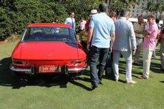 Klassisches rotes Ferrari und Leute Stockfotos