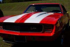 Klassisches rotes und weißes Automobil lizenzfreie stockbilder