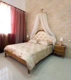 Klassisches Schlafzimmer im Ausstellungsraum Stockfotografie