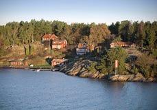 Klassisches schwedisches Dorf auf dem Felsen Stockbild