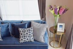 Klassisches Sofa und Retro- Kissen mit einem reizenden Orchideenvase Lizenzfreies Stockbild