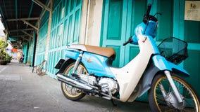 Klassisches Türgrün und Fahrrad in Straße Chinatowns (Yaowarat), die Hauptstraße in Chinatown, einmal von Bangkok-Markstein Lizenzfreies Stockbild