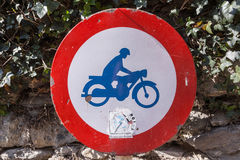Klassisches Verkehrszeichen, dass keine Motorräder erlaubt werden Lizenzfreie Stockfotografie