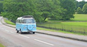 Klassisches VW-Reisemobil auf Landstraße Lizenzfreie Stockbilder