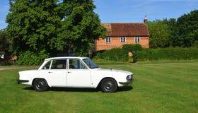 Klassisches weißes Automobil Rovers 2000 geparkt auf Village Green Stockfoto