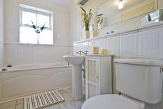 Klassisches weißes Badezimmer Lizenzfreies Stockfoto