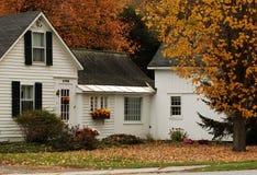 Klassisches weißes Bauernhaus Stockfotos
