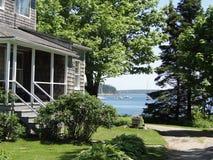 Klassisches weißes Neu-England Haus, Stockfotografie