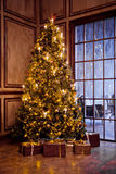 Klassisches Weihnachten und neues Jahr verzierten Innenraum Lizenzfreie Stockfotos