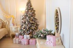 Klassisches Weihnachten verzierte Innenraum mit Baum des neuen Jahres Modernes Luxusentwurfswohnungsschlafzimmer mit Bett Weihnac stockbilder
