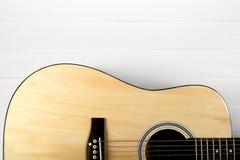 Klassisk akustisk gitarr som isoleras på en vit royaltyfria foton