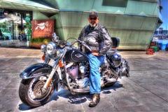 Klassisk amerikanHarley Davidson motorcykel med ryttaren Arkivbilder