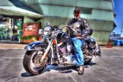 Klassisk amerikanHarley Davidson motorcykel med ryttaren Royaltyfri Fotografi