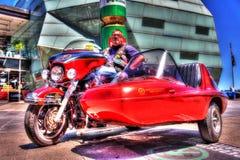 Klassisk amerikanHarley Davidson motorcykel och sidecar med ryttaren Royaltyfria Bilder