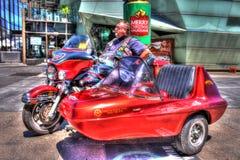 Klassisk amerikanHarley Davidson motorcykel och sidecar med ryttaren Royaltyfri Fotografi