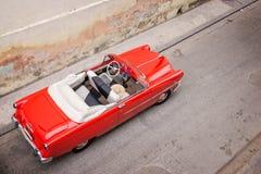 Klassisk amerikansk bil för tappning, sikt från ovannämnt i havannacigarr royaltyfri fotografi