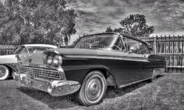 Klassisk amerikansk 50-tal Ford Galaxie i svartvitt Royaltyfri Bild