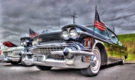 Klassisk amerikansvart Cadillac och flaggor Royaltyfria Bilder