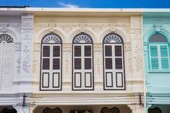 Klassisk arkitektur för fönsterKinesisk--portugis stil på Phuket Thailand Fotografering för Bildbyråer