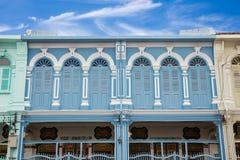 Klassisk arkitektur för fönsterKinesisk--portugis stil på Phuket Thailand Arkivfoto