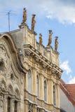 Klassisk arkitektur med statyer royaltyfri bild