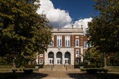 Klassisk arkitektur - skola för röd tegelsten med kalkstenbrytningar arkivfoton
