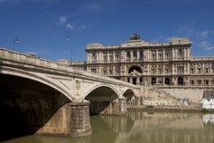 Klassisk arkitektur tillsammans med den Tiber floden Arkivfoto