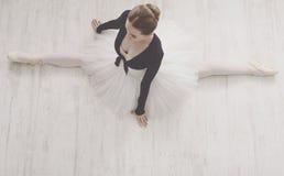 Klassisk balettdansör i den kluvna ståenden, bästa sikt Royaltyfri Bild