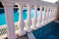 Klassisk balustrad för vita pelare med den tomma pölen Royaltyfria Foton