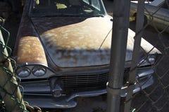 Klassisk bil bak staketet Arkivfoton