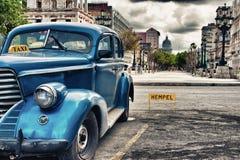 Klassisk bil för blå tappning som parkeras i gammal havannacigarrgata Arkivbild