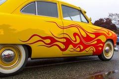 Klassisk bil för exotisk tappning på skärm på en regnig dag Arkivfoto