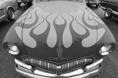 Klassisk bil för exotisk tappning på skärm på en regnig dag Royaltyfri Fotografi