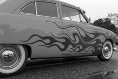Klassisk bil för exotisk tappning på skärm på en regnig dag Royaltyfria Foton